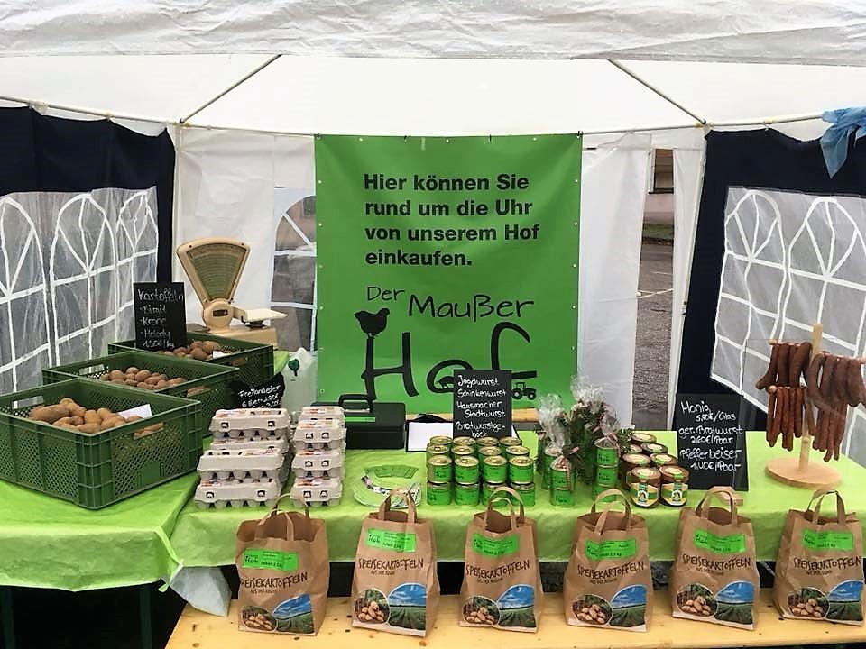 Der Maußer Hof-Marktstand mit verschiedenen frischen Produkten